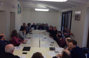 la foto di una riunione del consiglio missionario