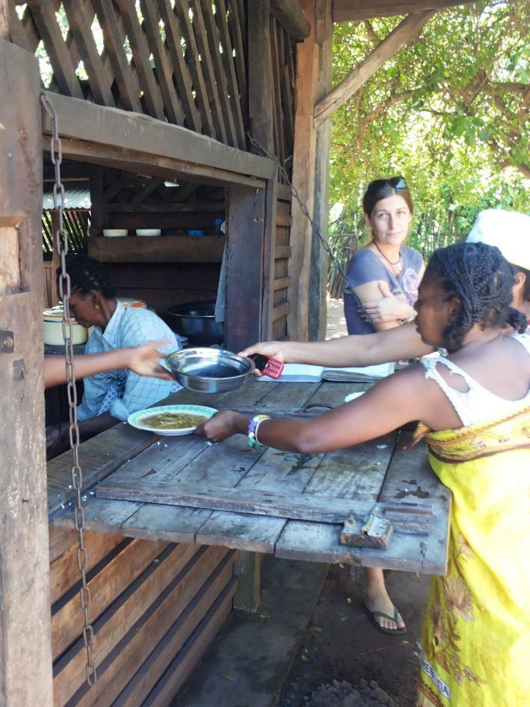 distribuzione alimenti all'ospedale di Ambokala