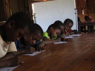 i bambini fanno i compiti ad Ampasimanjeva