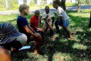 riunione di gruppo all'ospedale di Ambokala