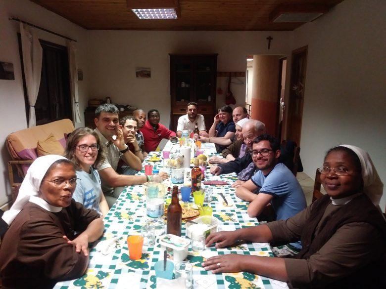 Grande tavolata per cena ad Ambositra