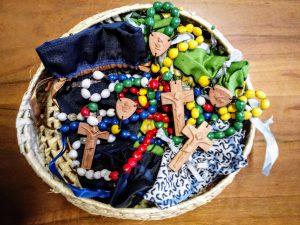 un cestino di rosari del madagascar