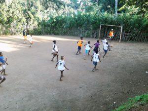 I bambini giocano a calcio nel campetto fangoso di Ampasimanjeva