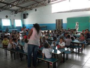 i bambini degli asili di padre Gianchi a pranzo