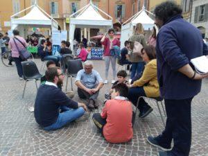 biblioteca vivente in piazza Prampolini