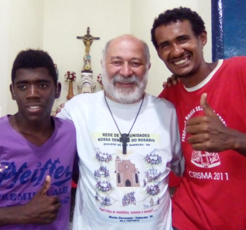 Don Luis con due parrocchiani