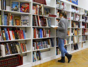 una ragazza cerca una pubblicazione