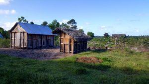 le case antiche di legno e frasche e quelle più moderne con il tetto di lamiera