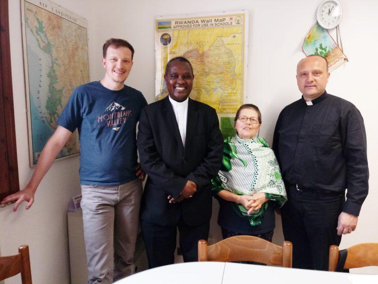 Mons Kambanda con lo staff del CMD