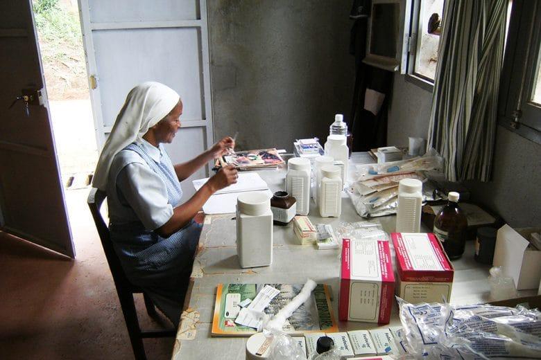 La preparazione delle medicine all'ospedale di Ampa