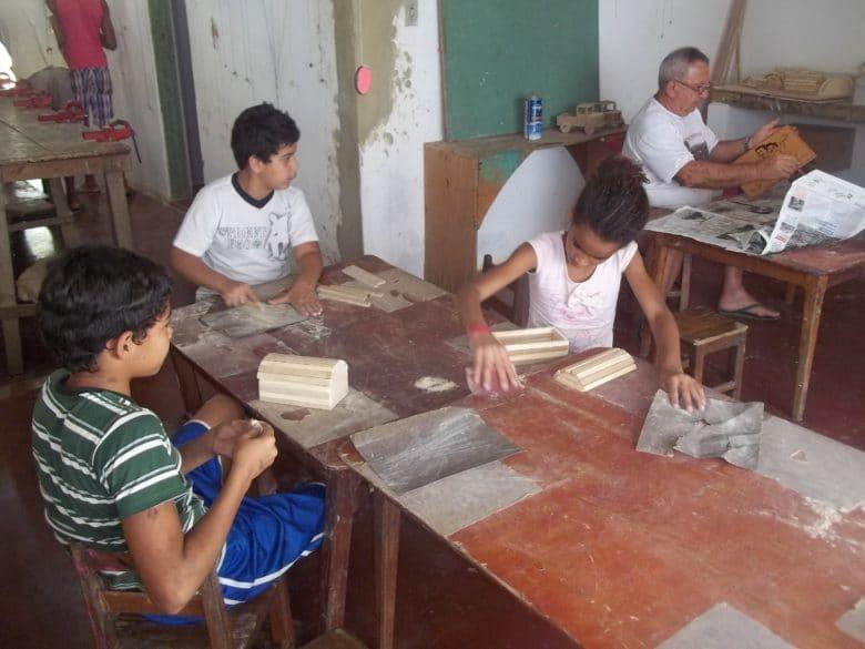 Enzo Bertani con i giovani della sua scuola