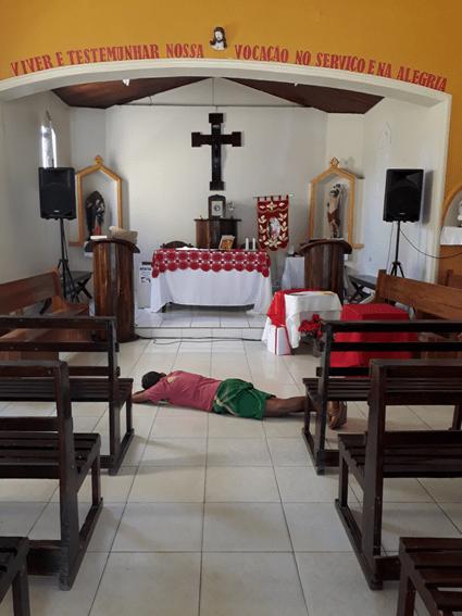 un uomo dorme davanti all'altare nella chiesa di Ruy Barbosa